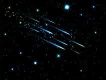 Nächtlicher Himmel mit Sternschnuppen Stockfotografie