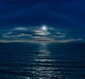 Nächtlicher Himmel mit Vollmond Stockbild