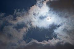 Nächtlicher Himmel mit Vollmond und Wolken Mysteriöser nächtlicher Himmel mit Vollmond Stockfoto