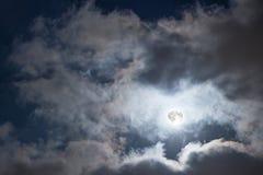 Nächtlicher Himmel mit Vollmond und Wolken Mysteriöser nächtlicher Himmel mit Vollmond Stockfotografie