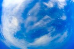 nächtlicher Himmel mit Wolke und Sternen Stockfoto