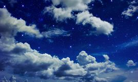 Nächtlicher Himmel mit Wolken völlig mit dem sternenklaren Lizenzfreie Stockbilder