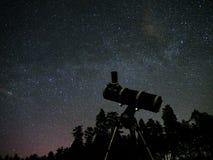 Nächtlicher Himmel spielt Beobachtung die Hauptrolle Lizenzfreie Stockbilder