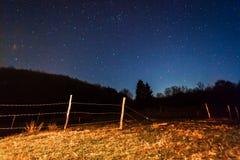 Nächtlicher Himmel und Hügel Stockfotografie
