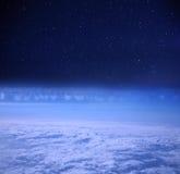 Nächtlicher Himmel von einem Platz lizenzfreies stockbild