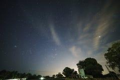 nächtlicher Himmel zerschmettert auf Neumond Stockfotografie