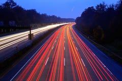 Nächtlicher Verkehr stockfoto