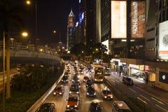 Nächtlicher Verkehr auf Brücke lizenzfreie stockfotos