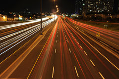Nächtlicher Verkehr auf einer Datenbahn stockbild