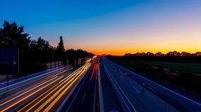 Nächtlicher Verkehr auf Landstraße lizenzfreie stockfotos