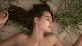 Näck härlig kvinna på nudiststranden Dam med den näcka perfekta kroppen