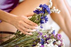 Näck manicure Naturliga skönhetflickahänder, handskönhetsmedel med den torra blommaextrakten, produkt Modekvinnahand med blomman  royaltyfria foton