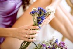 Näck manicure Naturliga skönhetflickahänder, handskönhetsmedel med den torra blommaextrakten, produkt Modekvinnahand med blomman  royaltyfri fotografi