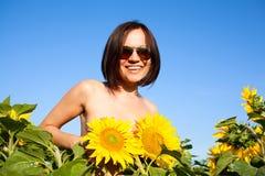 Näck sexig flicka med solrosor royaltyfri bild