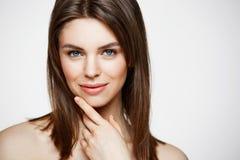 Näck ung härlig flicka med naturligt smink som ler se kameran över vit bakgrund Cosmetology och SPA arkivbilder
