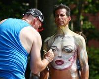 Näcka modeller för konstnärmålarfärg 100 formar fullständigt allra och format under den 4th dagen för NYC-kroppmålning Royaltyfria Foton