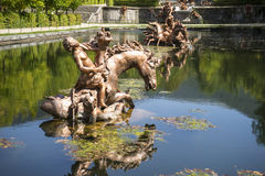 näckros guld- springbrunnar i den segovia slotten i Spanien bronser royaltyfria foton