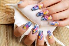 Nägel sind gemalte Delphine stockbild