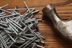 Nägel und Hammer stockfotografie