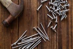 Nägel und Hammer lizenzfreie stockfotografie