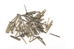 Nägel und Schrauben an einem weißen Hintergrund stockfoto
