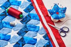 Nähen der Steppdecke mit stilisierten Elementen der amerikanischer Flagge Lizenzfreie Stockfotografie