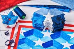Nähen der Steppdecke mit stilisierten Elementen der amerikanischer Flagge Stockbild