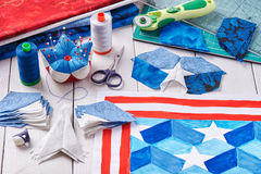 Nähen der Steppdecke mit stilisierten Elementen der amerikanischer Flagge Stockfotos
