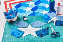 Nähen der Steppdecke mit stilisierten Elementen der amerikanischer Flagge Lizenzfreie Stockbilder