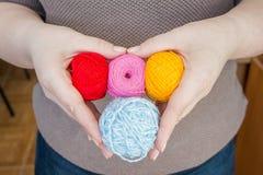 Nähen, Garn, Rauhfaser, Faden in den weiblichen Händen im Herzen geformt Materialien für handgemachtes und Handarbeit - nähend stockfotos