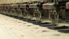 Nähen u. Stickmaschine in der Zeitlupe stock footage