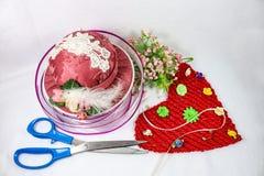 Nähen und Handwerk für Valentinsgruß-Tag - rosa Hut Nadelkissen und sissors mit Band und Blumen und ein rotes Gewebeherz Lizenzfreies Stockfoto