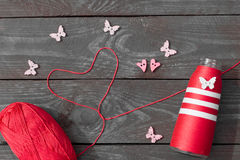 Nähen und Stricken Stricken auf einem hölzernen Hintergrund Knöpfe in Form von Herzen und Schmetterlingen Stockbilder