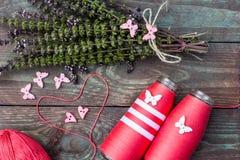 Nähen und Stricken Stricken auf einem hölzernen Hintergrund Knöpfe in Form von Herzen und Schmetterlingen Stockfotos