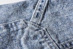 Nähen von Blue Jeans Stockbild