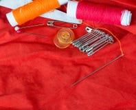 Nähende Ausrüstung zeigt leeren Raum und Damenschneiderin an stockfoto