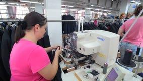 Nähende Fabrik Bekleidungsindustrie Nähen der Oberbekleidung stock video