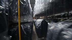 Nähende Fabrik Bekleidungsindustrie Nähen der Oberbekleidung stock footage