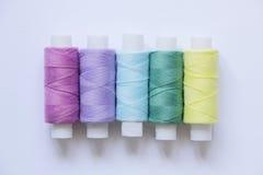 Nähende farbige Threads lizenzfreies stockfoto