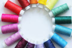 Nähende farbige Threads stockfotos