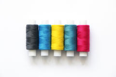 Nähende farbige Threads stockfotografie