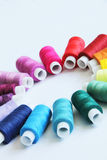 Nähende farbige Threads stockfoto