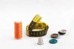 Nähende Geräte, Scheren, Thread, Knöpfe Lizenzfreie Stockfotos