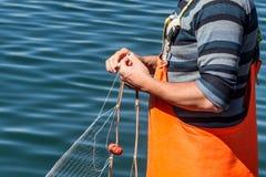 Nähende Netze des Fischers stockbild