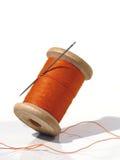 Nähende Spule mit einer Nadel. Eine nähende Nadel. Lizenzfreies Stockbild