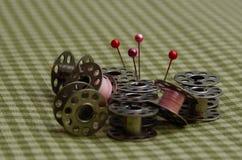 Nähende Spulen, Thread und Stifte stockbilder