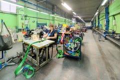 Nähende Werkstatt für Produktion von unten Bügeln Lizenzfreie Stockfotos