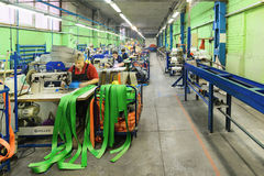 Nähende Werkstatt für Produktion von unten Bügeln Stockfoto