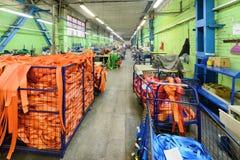 Nähende Werkstatt für Produktion von unten Bügeln Stockbild