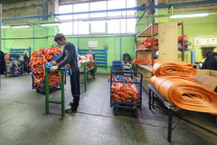 Nähende Werkstatt für Produktion von unten Bügeln Lizenzfreie Stockfotografie
